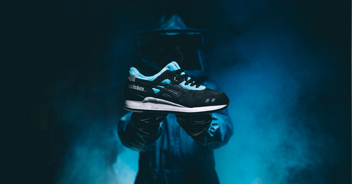 ASICS e SOLEBOX collaborano per creare GEL-LYTE III Blue Carpenter Bee, sneaker in nabuk traforato che riflette un lucido simile al corpo delle api