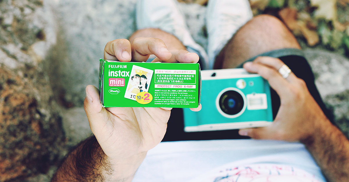 Fast, precise and comfortable, each Fujifilm Instax Mini contains 10 photos with a fine grain and bright colors (ISO 800)