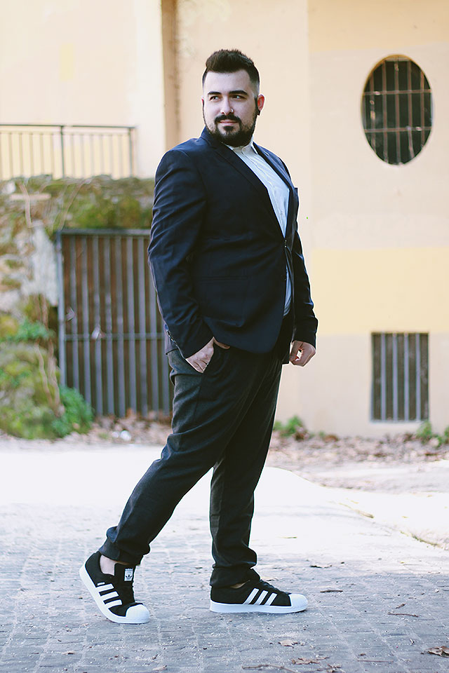 outfit look elegante, adidas superstars, jd sports, plus size male, abito sneakers, suits sneakers