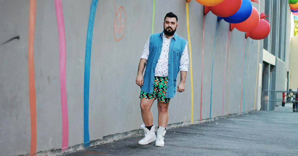 I migliori capi da utilizzare durante i mesi più caldi per creare un outfit uomo estate 2017 sono la camicia a maniche lunghe e i pantaloncini