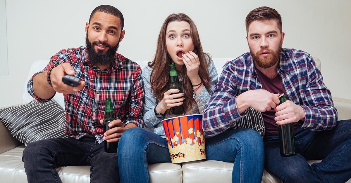 Cosa fare per trascorrere una serata in casa in compagnia degli amici? Organizzare una serata cinema - con film, cena e gioco da tavolo