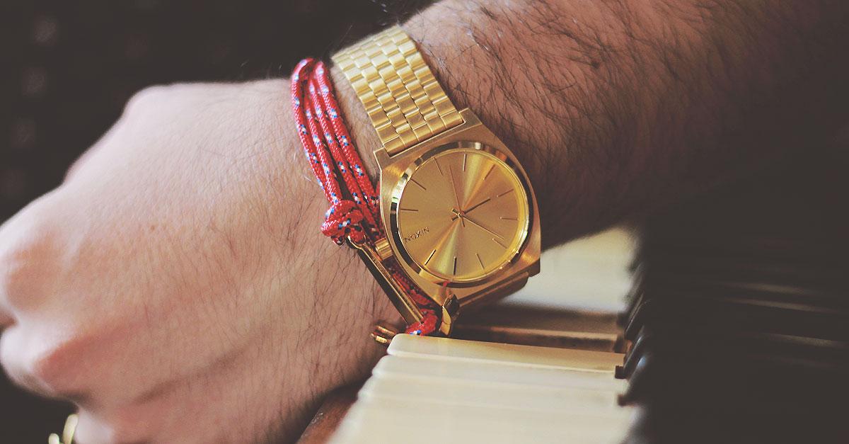 Un orologio d'oro da uomo è in grado di rendere un look davvero eccellente perchè è uno stile senza tempo che non va mai fuori moda