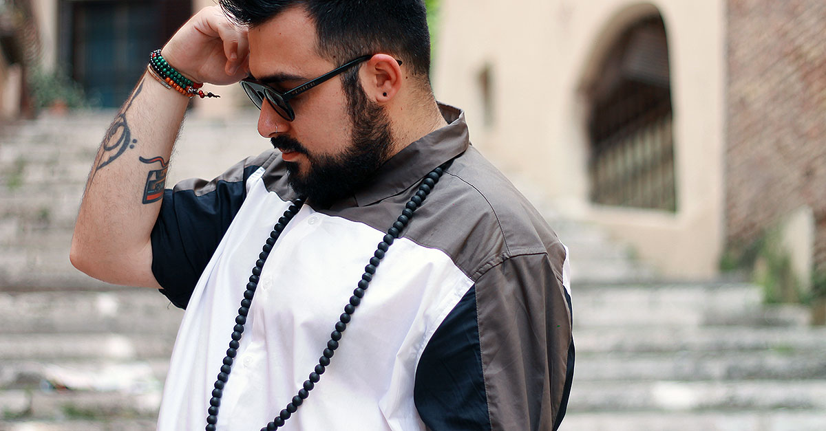 The best style for warmer evenings are chino shorts. But how to combine them? A cut and sew shirt is the right investment you can make for a summer look