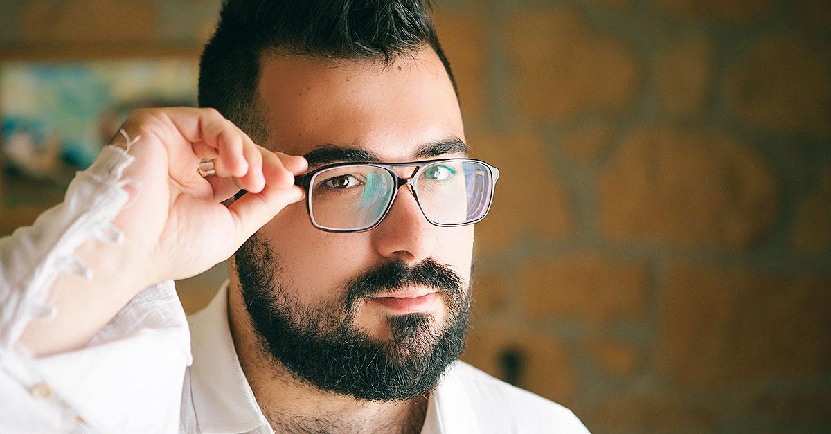 Non bisogna trascurare l'importanza degli occhiali da vista per uomo e online su siti come GlassesShop si possono creare le combinazioni migliori