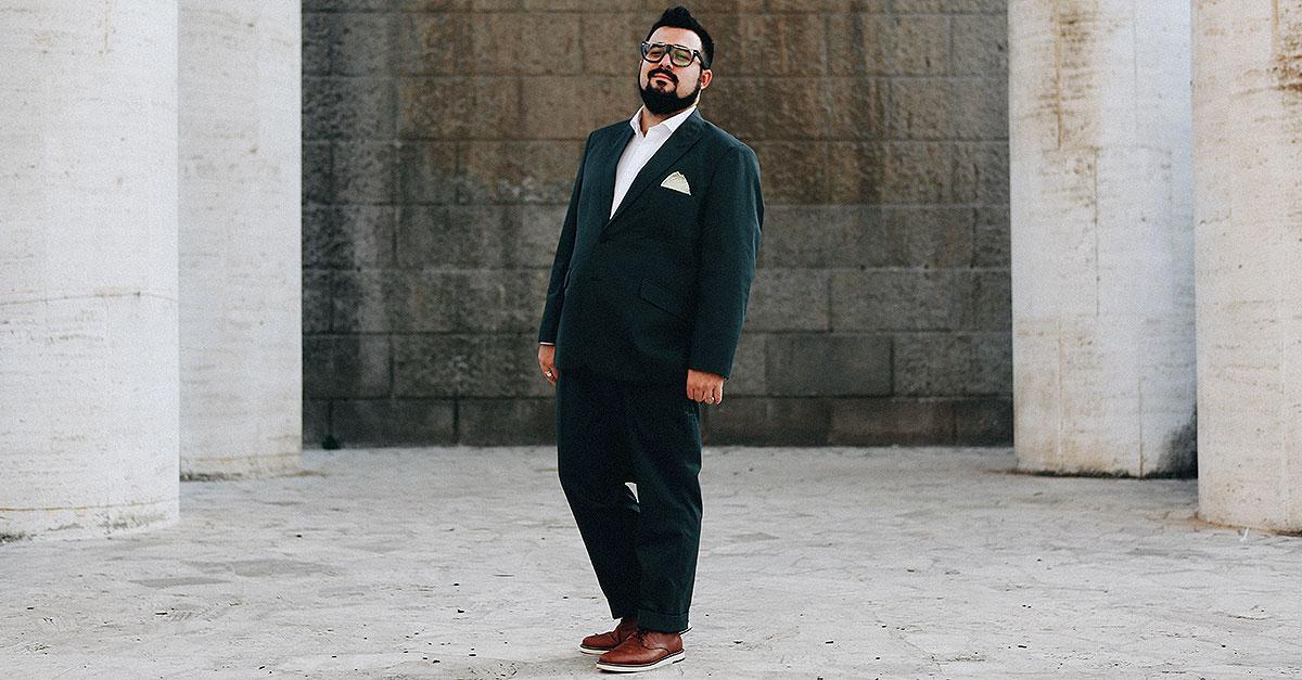 Un abito su misura verde è la migliore scelta di sartoria maschile per questa stagione, adatto sia ad eventi formali che a situazioni più colloquiali