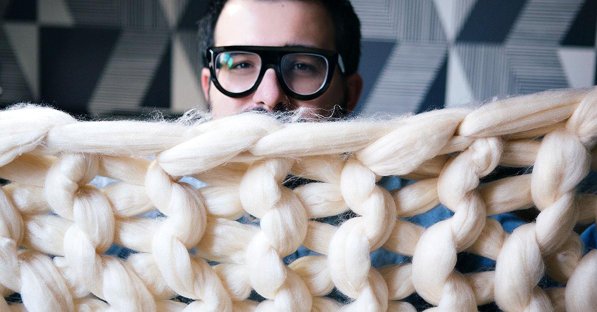 Una coperta di circa 1,20 m, bella e accogliente, con un filato enorme che si intreccia creando una versione oversize delle coperte intrecciate di lana