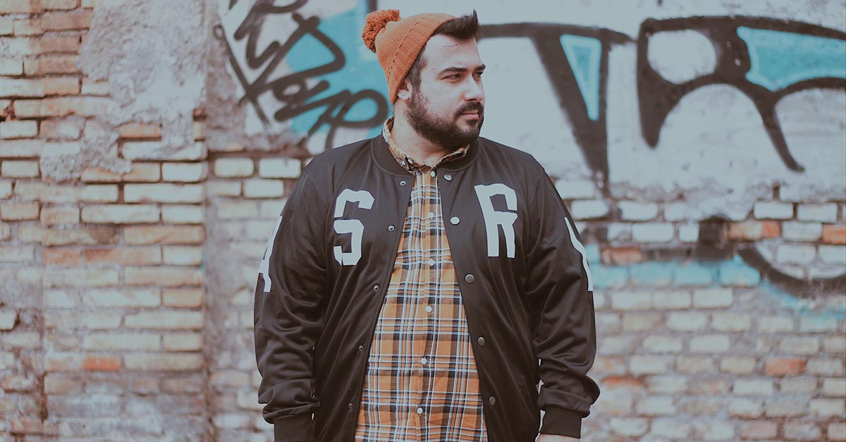 Oggi la giacca sportiva è stata aggiornata in nuove versioni che si mescolano con lo stile streetwear per creare outfit diversi e unici