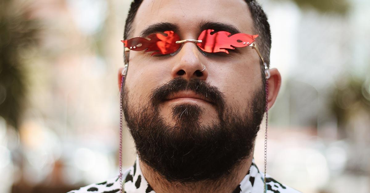 Forme scultoree, colori vivaci e montature giocose: gli occhiali a forma di fiamma per uomo sono l'accessorio di tendenza per l'estate 2021